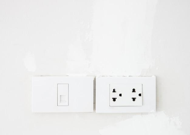 Interrupteur électrique et prise téléphonique.