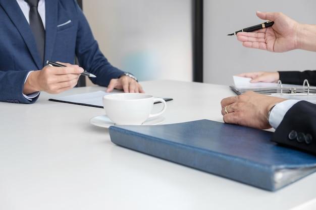 Intervieweur ou conseil d'administration lisant un curriculum vitae lors d'un entretien d'embauche