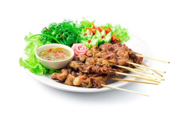Intestin de porc grillé avec bâton de bambou