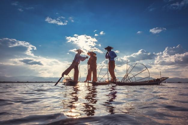 Intha pêcheurs travaillant le matin.