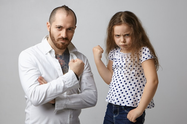 Intimidation, émotions négatives et réaction. photo de petite fille furieuse émotionnelle qui pose en studio