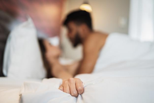 Intimité d'un jeune couple latin sur le lit