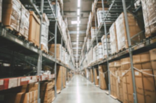 L'inventaire des produits en stock des marchandises de l'entrepôt flou ou le stockage des marchandises en usine se préparent à l'arrière-plan de la distribution d'expédition.