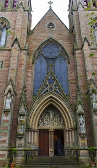 Inverness , écosse - 22 mai 2019 : l'entrée principale de la cathédrale d'inverness, également connue sous le nom d'église cathédrale de saint andrew, est une cathédrale de l'église épiscopale écossaise