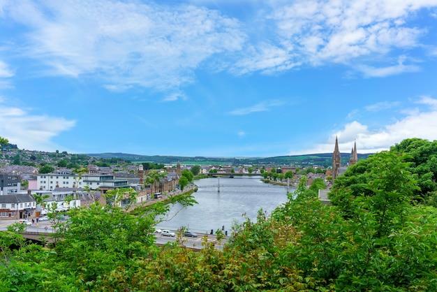 Inverness est une ville sur la côte nord-est de l'ecosse où la rivière ness rencontre le moray firth