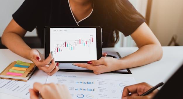 Investissement en bourse, réunion de l'équipe commerciale et affichage du graphique de négociation, évaluation de la valeur marchande.