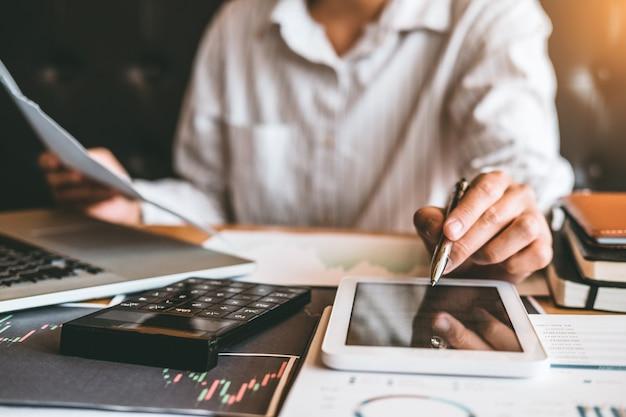 Investissement boursier entrepreneur homme d'affaires discutant et analyse graphique stock