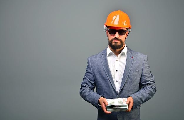 Investissement dans la construction ou le concept immobilier. entrepreneur général sérieux