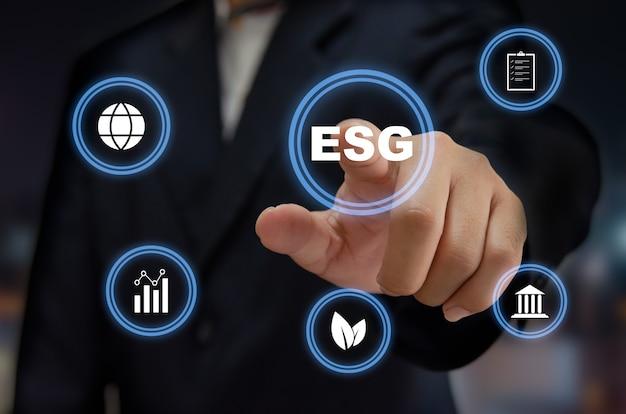 Investissement esg gouvernance sociale environnementale. concept d'entreprise de développement durable de l'organisation. main de l'homme touchant le mot esg avec l'écran virtuel de l'icône.