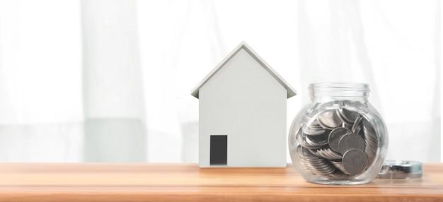 Investissement immobilier et hypothèque immobilière concept financier pile de pièces de monnaie. maison d'affaires