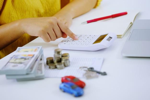 Investissement immobilier avec pile de pièces en argent. concept financier ou d'assurance.