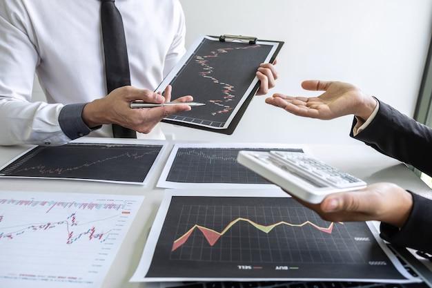 Investisseur d'affaires sur la réunion et l'analyse des données présentées et négocie une bourse au profit