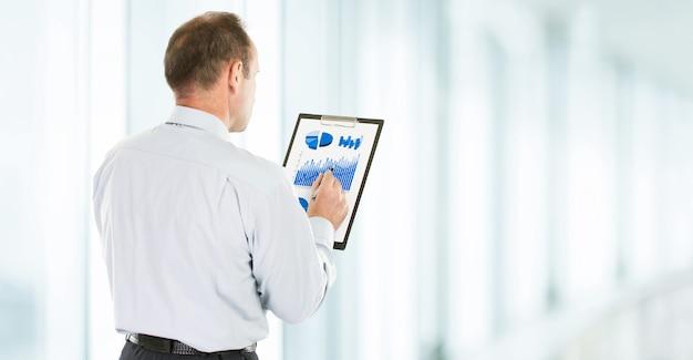 L'investisseur étudie le calendrier financier des revenus de l'entreprise.