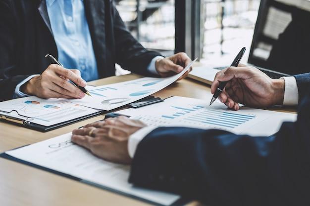 Investisseur professionnel en phase de démarrage d'un projet de stratégie avec document