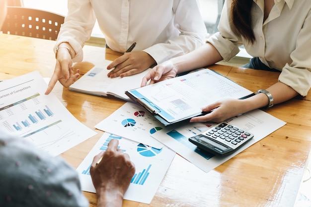 Investisseur professionnel et réunion financière actuelle. équipe de jeunes entrepreneurs travaillant