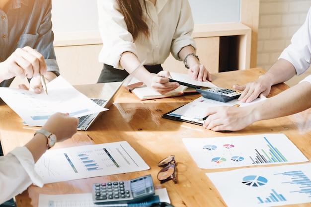 Investisseur professionnel et réunion financière à l'heure actuelle. équipe de jeunes entrepreneurs