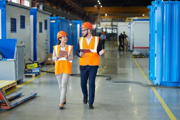 Investisseur en tournée dans une usine moderne