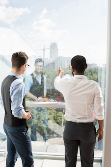 Des investisseurs discutent d'un projet de construction