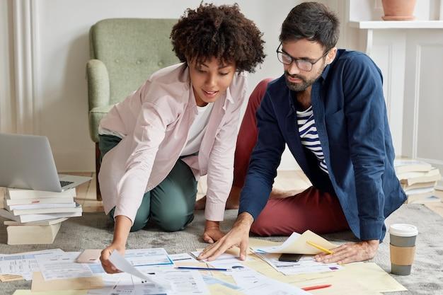Les investisseurs étudient ensemble le portefeuille d'investissement