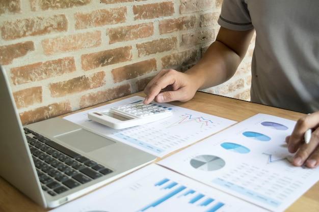 Les investisseurs examinent les finances de l'entreprise pour se préparer à son expansion.