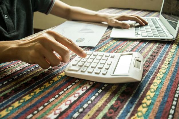Les investisseurs vérifient les finances de l'entreprise pour apporter des améliorations.