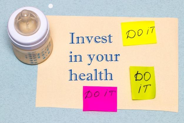 Investissez dans votre santé - le concept d'un mode de vie sain sur fond bleu