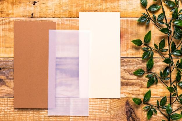 Invitation brune sur une table en bois