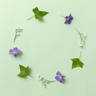 Invitation de couronne tendance minimale avec des feuilles de lierre et des fleurs de pervenche