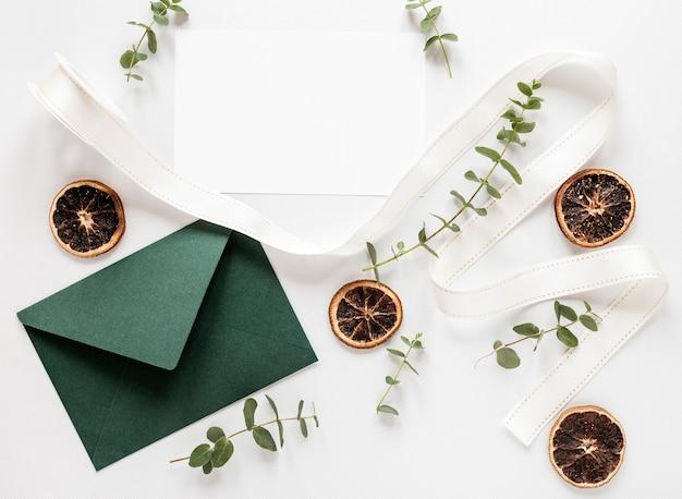 Invitation de mariage colorée sur table