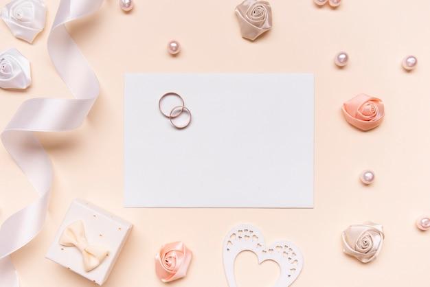 Invitation de mariage élégante avec bagues de fiançailles