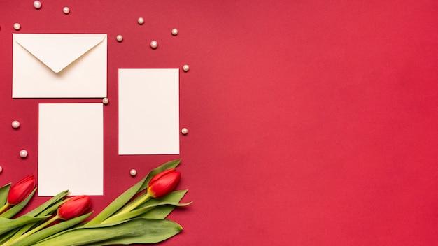 Invitation de mariage élégante vue de dessus avec des fleurs