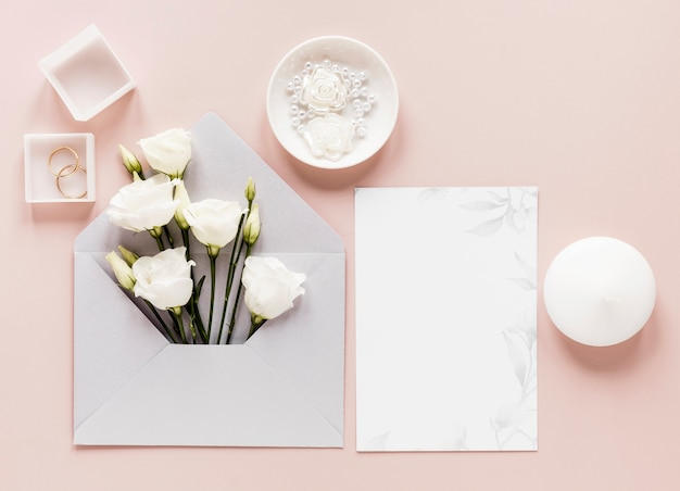 Invitation de mariage avec des fleurs épanouies