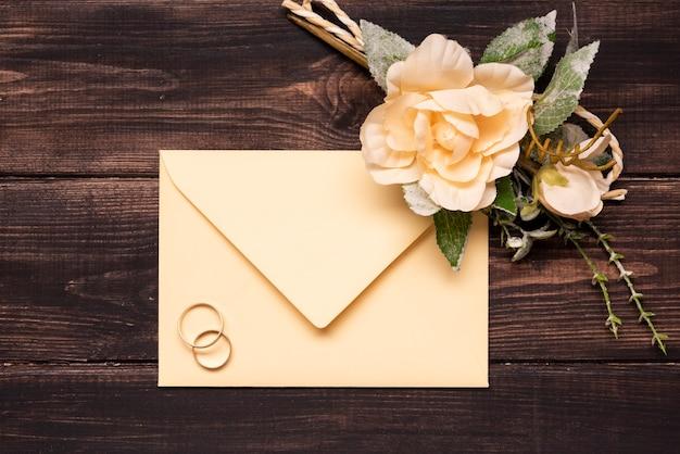 Invitation de mariage vue de dessus avec bagues de fiançailles