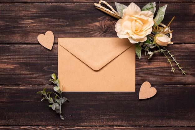 Invitation de mariage vue de dessus sur la table