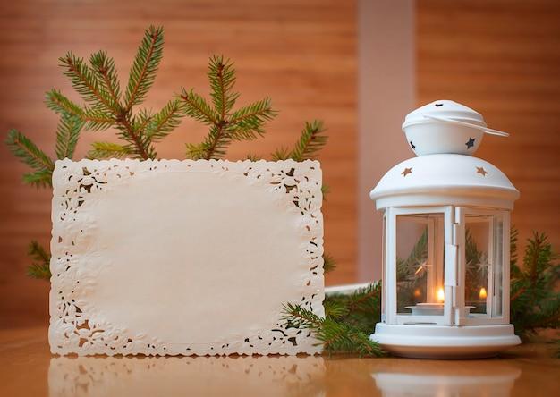 Invitation de noël avec place pour votre texte, cadre d'arbres.
