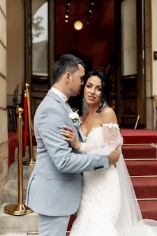 Invités jetant des confettis sur la mariée et le marié