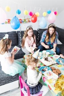 Invités mangeant sur une fête d'anniversaire