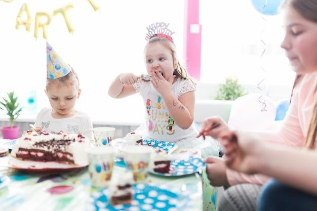 Invités à manger un gâteau d'anniversaire