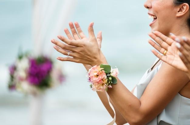 Invités de mariage applaudissant pour la mariée et le marié