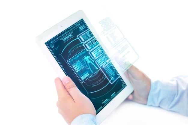Ipad futuriste avec zone de menu de jeu holographique.