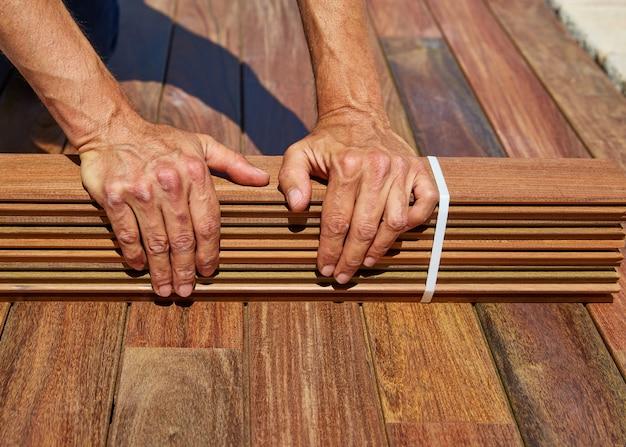 Ipe deck installation mains de charpentier tenant du bois