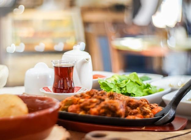 Irakien tea istikan sur la table