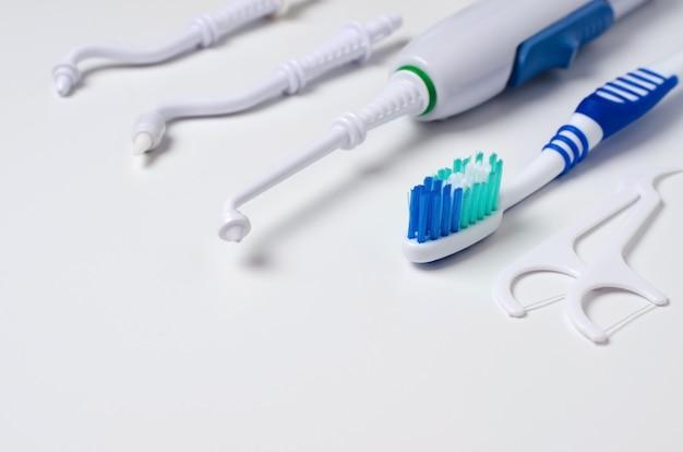 Irrigateur buccal dentaire, brosse à dents, fil dentaire.