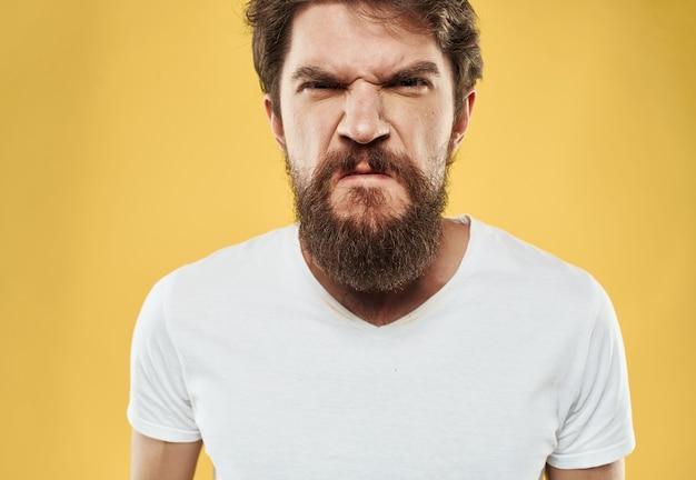Irritable jeune homme avec barbe sur jaune