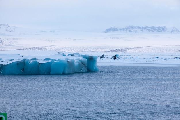L'islande, les icebergs flottant. glaces et cendres volcaniques. lagune glaciaire. la glace fondante. côte sud de l'islande. lagune de jokullsarlon