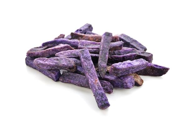 Isolat de bâton de pommes de terre violettes isolé sur blanc