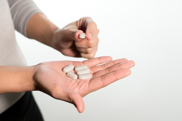 Isolat de la main de la femme tenant les médicaments, le concept de récupération de médicaments