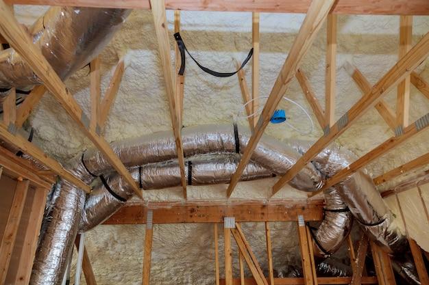 Isolation de grenier avec barrière de froid en fibre de verre et matériau isolant