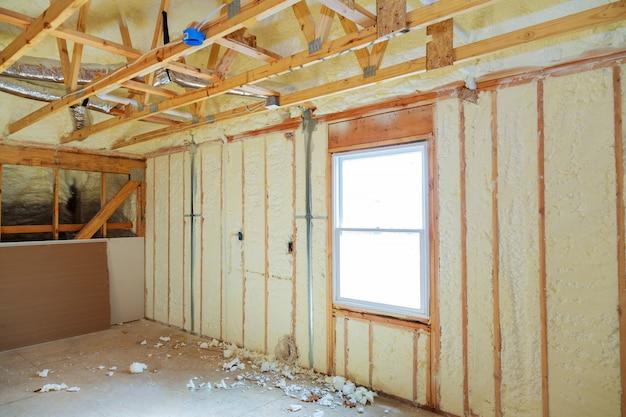 Isolation thermique dans une maison préfabriquée neuve en laine minérale et bois.