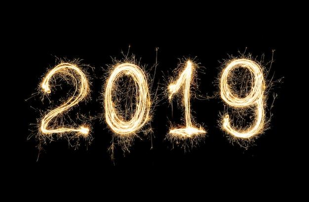 Isolé 2019 écrit avec un feu d'artifice sparkle sur fond noir
